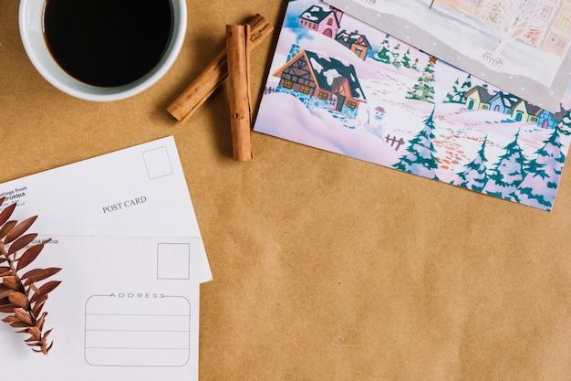 Composition de noël de tasse de café avec des cartes postales Photo gratuit