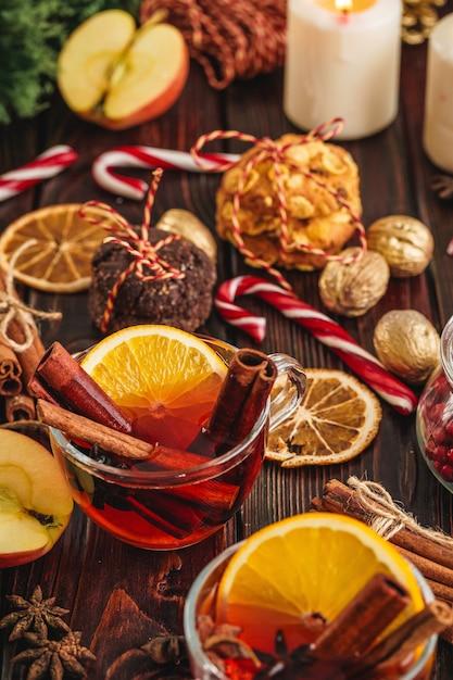 Composition de noël avec un verre de vin sur une table en bois se bouchent Photo Premium