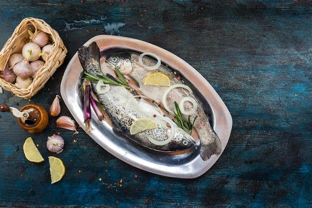 Composition de nourriture saine et élégante avec du poisson Photo gratuit