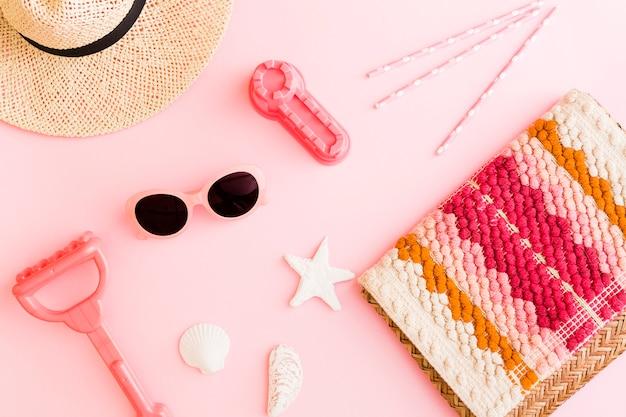 Composition avec des objets de plage sur fond rose Photo gratuit