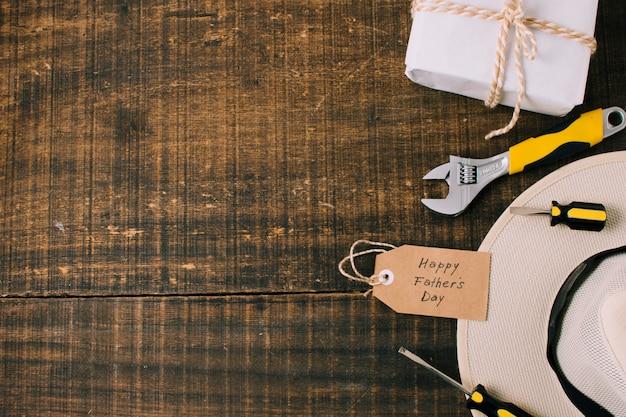 Composition d'objets pour la fête des pères Photo gratuit