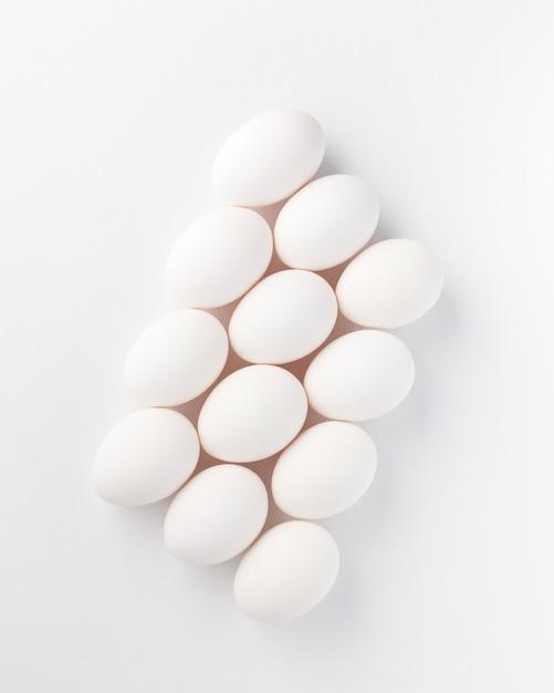 Composition d'oeufs blancs Photo gratuit