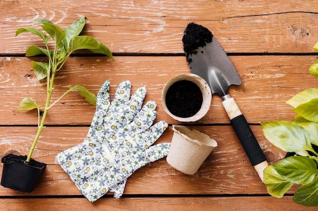 Composition d'outils de jardinage à plat Photo gratuit
