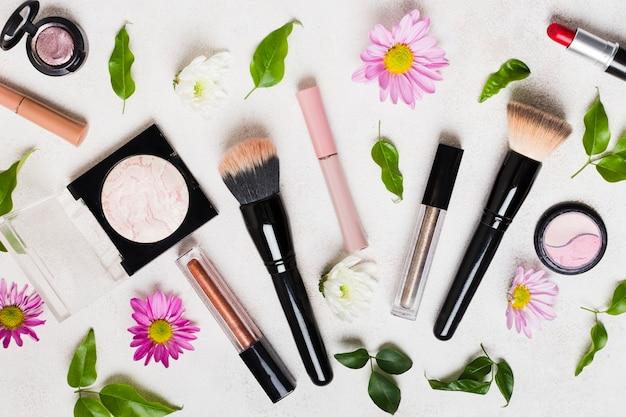 Composition D'outils De Maquillage Et De Fleurs Photo gratuit