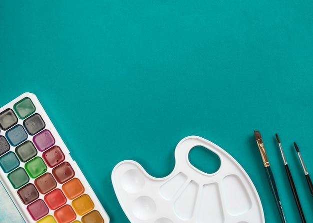 Composition d'outils de papeterie préparés pour la peinture Photo gratuit