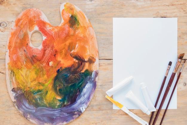 Composition d'outils professionnels utilisés pour la peinture Photo gratuit