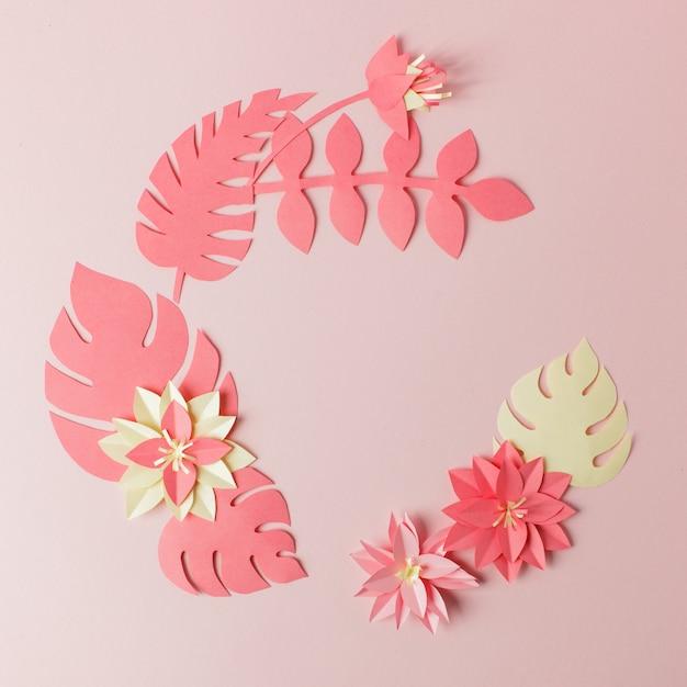 Composition de papier feuille multicolore tropical exotique, artisanat d'application créative sur un cadre rose Photo Premium