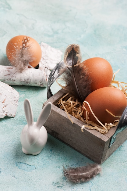 Composition de pâques avec lapin décoratif, oeufs Photo Premium