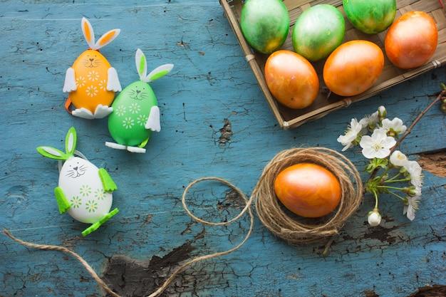 Composition De Pâques Avec Des Oeufs De Pâques Colorés, Lapin. Carte De Pâques Avec Espace Copie. Photo Premium