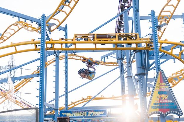 Composition de parc d'attractions avec montagnes russes Photo gratuit