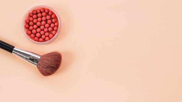 Composition de pinceau de maquillage et rouge sur fond clair Photo gratuit