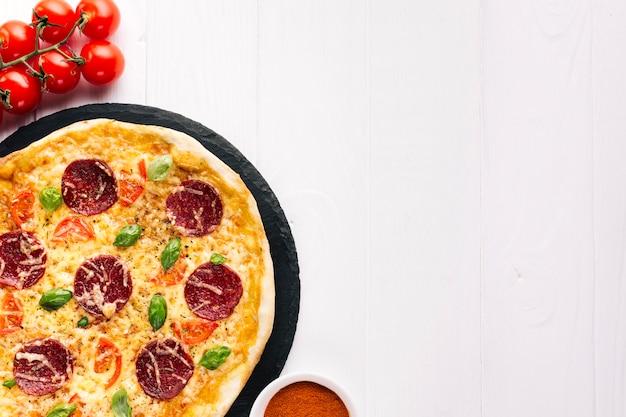 Composition De Pizzas à Plat Avec Fond Photo gratuit