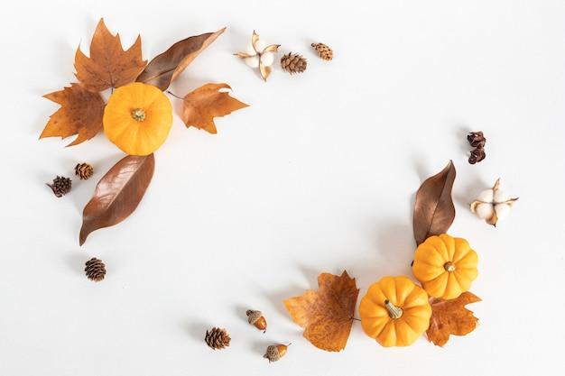 Composition à Plat D'automne. Citrouilles, Feuilles Séchées Et Noix. Automne, Concept D'automne. Maquette, Vue De Dessus, Espace Copie Photo Premium
