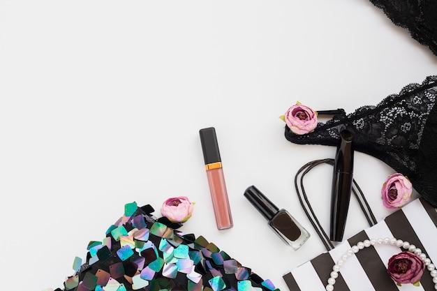 Composition à plat avec maquillage et sous-vêtements Photo gratuit