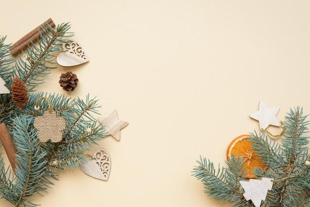 Composition à Plat Noël écologique Et Jouets D'arbre De Noël Zéro Déchet En Bois Naturel Photo Premium
