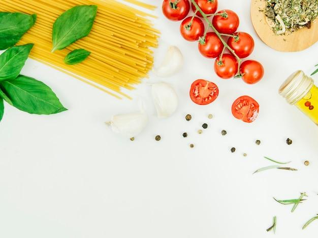 Composition à plat de pâtes avec fond Photo gratuit