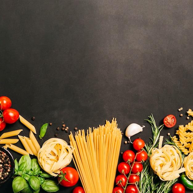 Composition à Plat De Pâtes Avec Fond Photo Premium