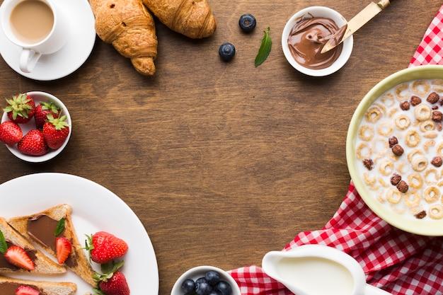 Composition de plat petit-déjeuner avec fond Photo gratuit