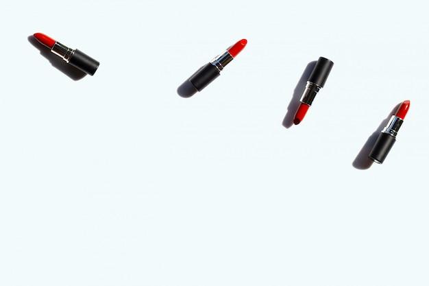 Composition à plat, rouges à lèvres sur blanc avec ombre. beau concept de maquillage Photo Premium