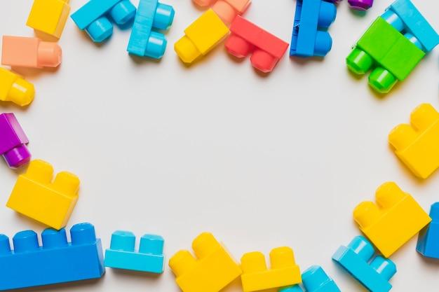 Composition plate de jouets avec fond Photo gratuit