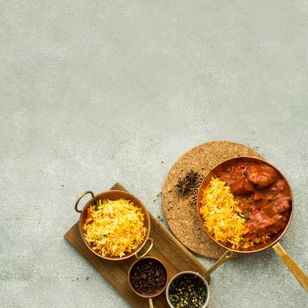 Composition de plats de riz et d'épices Photo gratuit