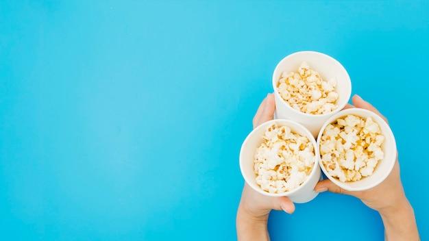 Composition de pop-corn plate pour concept de cinéma Photo gratuit