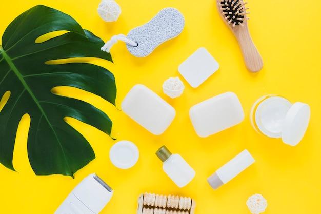Composition de produits de beauté avec différents savons Photo gratuit