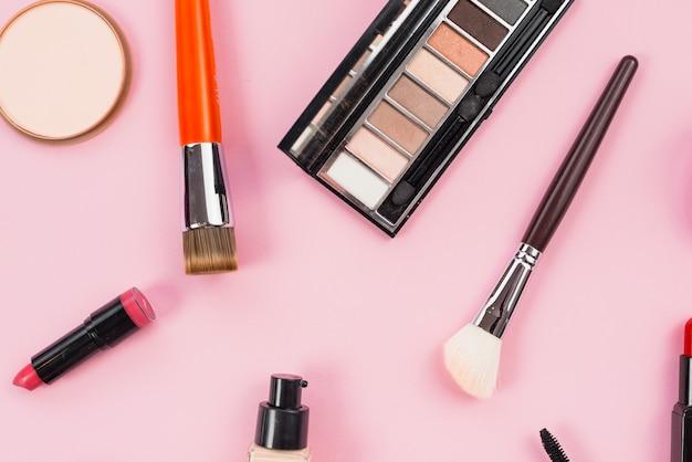 Composition de produits de beauté maquillage et cosmétique portant sur fond rose Photo gratuit