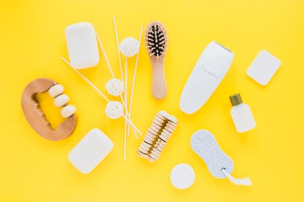 Composition de produits de beauté avec des savons Photo gratuit