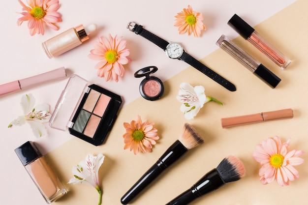 Composition avec produits cosmétiques décoratifs Photo gratuit