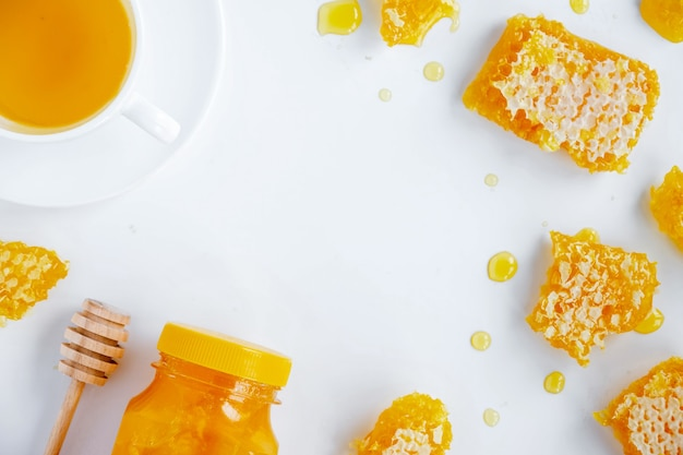 Composition De Produits De Miel. Miel En Pot, Nid D'abeille, Thé Et Cuillère Spéciale. Fond Blanc Photo gratuit