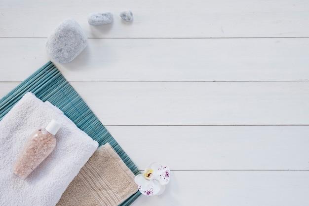 Composition de produits pour le bain sur une table blanche Photo gratuit