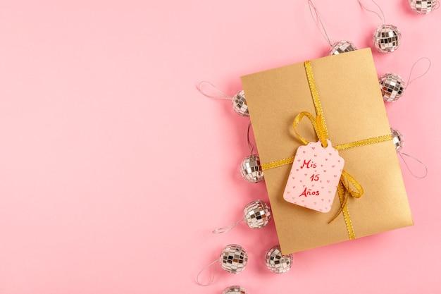 Composition De Quinceañera Avec Cadeau Emballé Avec étiquette Photo gratuit