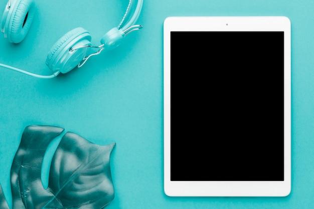 Composition de repos avec tablette sur fond coloré Photo gratuit