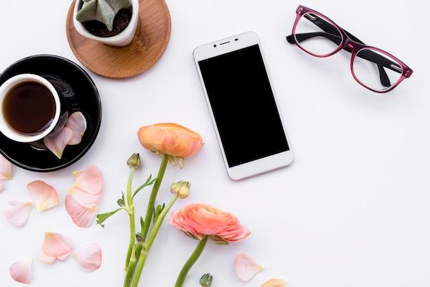 Composition romantique de téléphone avec café Photo gratuit