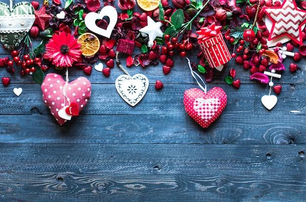 Composition de la saint-valentin avec des éléments sur le thème de l'amour Photo Premium