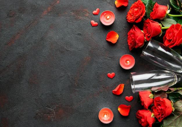 Composition De La Saint-valentin Avec Des Fleurs, Des Bougies Et Des Verres De Champagne Photo Premium