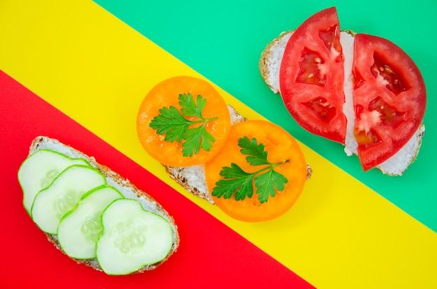 Composition De Sandwichs Sur Différents Horizons Photo gratuit