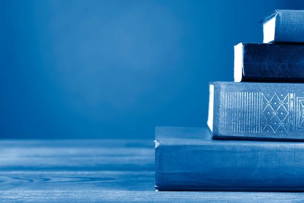 Une Composition Simple De Nombreux Livres Cartonnés, Teintée De Couleur Bleu Classique. Retour à L'école. Copiez L'espace. éducation Photo Premium