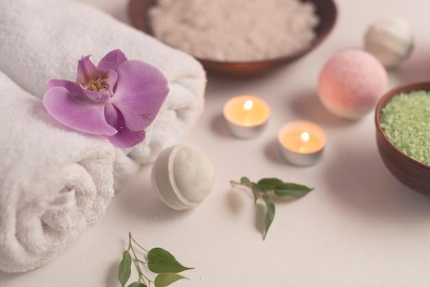 Composition de spa avec des bombes de bain et des bougies allumées Photo gratuit