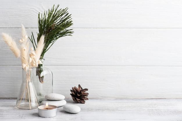 Composition Spa De Noël Avec Des Branches De Pin Et Une Bougie Allumée. Beauté Bien-être, Soin Du Corps. Photo Premium