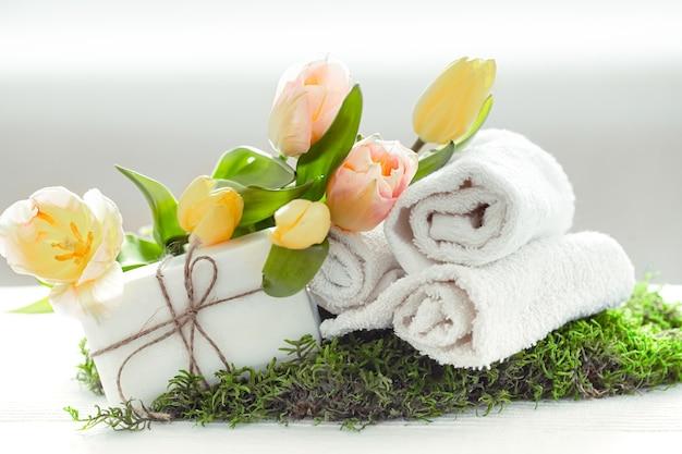 Composition De Spa De Printemps Avec Des Articles De Soins Corporels Avec Des Tulipes Fraîches Sur Fond Clair, Beauté Et Santé. Photo gratuit