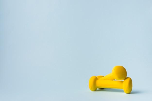 Composition de sport moderne avec haltère Photo gratuit
