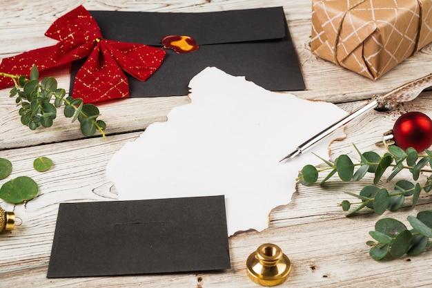 Composition de style vintage avec du papier patiné et une plume sur la table en bois se bouchent Photo Premium