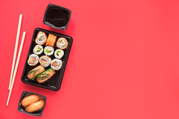 Composition de sushi laïque plat avec fond Photo gratuit