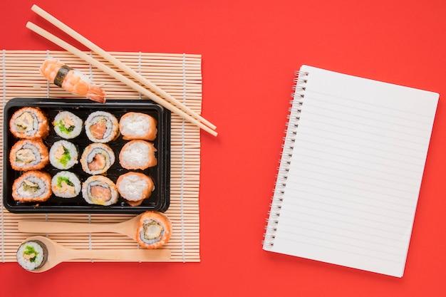 Composition de sushi laïque plat avec gabarit Photo gratuit