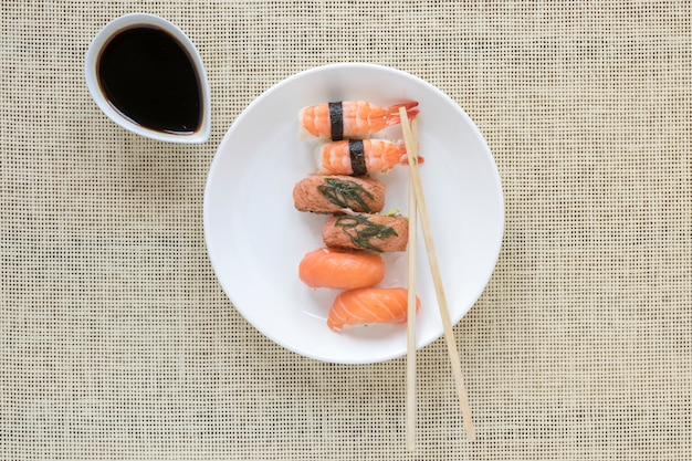 Composition de sushis plats Photo gratuit