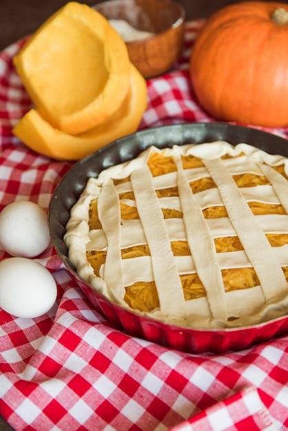Composition de tarte aux pommes délicieux avec des oeufs Photo gratuit