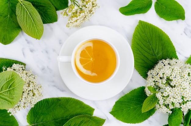 Composition de thé à plat avec fleurs Photo gratuit