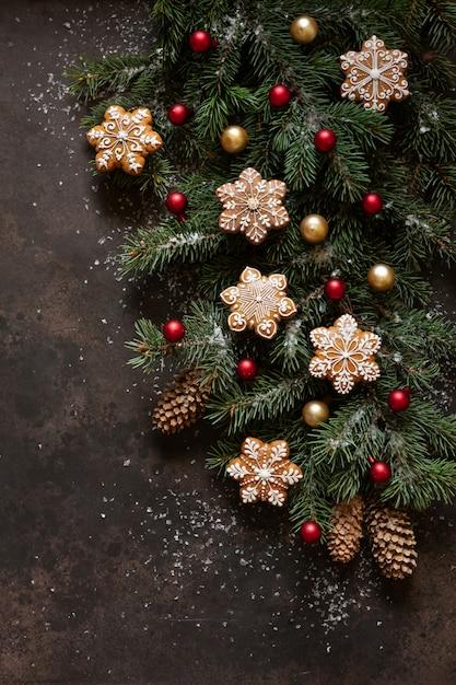 Composition De Vacances De Noël Avec Des Branches De Sapin, Des Cônes, Du Pain D'épice Et Un Décor De Noël Photo Premium